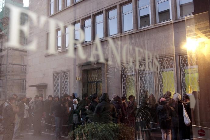 Des-migrants-font-queue-devant-prefecture-Caen-attendant-ouverture-guichet-accueil-etrangers-14-novembre-2011_0_1400_933.jpg