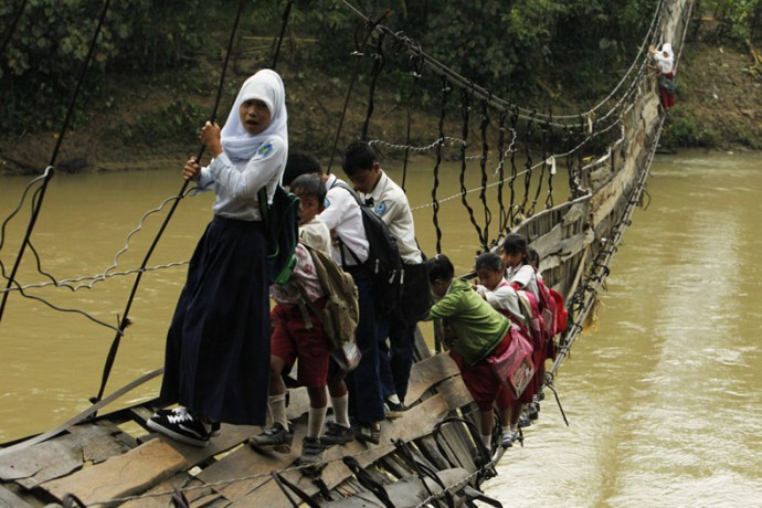 chemin de l école 01  beawiharta in jakarta of students who risk life crossing a collpased bridge to get to school;.jpg
