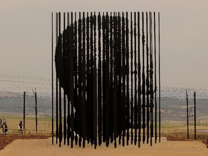 517 Marco Cianfanelli  Nelson Mandela monument in Howick, Natal, RSA  2012.jpg